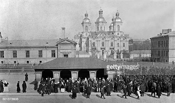 servants in Saint Petersburg In the background St Nicolas Cathedral on the left an inn undated Published by 'Berliner Illustrirte Zeitung' 45/1903