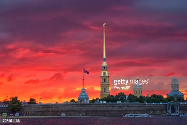 russia, st. petersburg, saints peter and paul cathedral at dusk - peter forte - fotografias e filmes do acervo