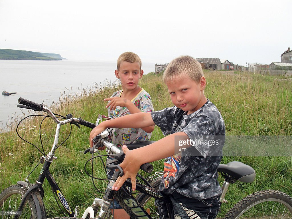 STORY 'Russia-Japan-diplomacy-Kuril-economy,FEATURE' by Shingo Ito Children play with their bicycles after school at Kurilisk on Iturup island, the biggest of Russia's four disputed islands claimed by Japan, 11 August 2007. Russia's economic boom has spread to its Far East islands claimed by Japan, leading islanders to turn their backs on Tokyo's trump card of financial aid in a deadlocked territorial row, 14 September 2007. 'Of course I feel our economy is picking up,' said Roman Kazachikov, a 27-year-old bus driver in Iturup, or Etorofu, the biggest of the four disputed Kuril islands, known in Japan as the Northern Territories. AFP PHOTO / Shingo ITO