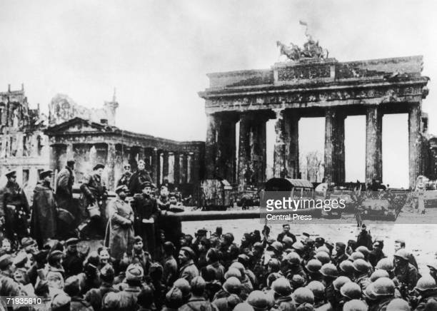 Russian and American troops in front of Berlin's Brandenburg Gate at the end of World War II 1945