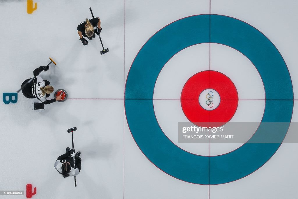 TOPSHOT - Russian athletes compete during the curling women's round robin session with between the Olympic Athletes from Russia and Britain during the Pyeongchang 2018 Winter Olympic Games at the Gangneung Curling Centre in Gangneung on February 14, 2018. / AFP PHOTO / François-Xavier MARIT