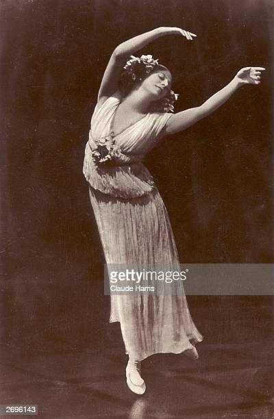 Russian Ballet dancer Anna Pavlova regarded as the prima ballerina of her era wearing a pleated dress without a corset for complete freedom of...