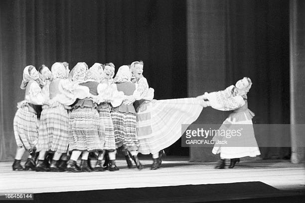 Russian Ballet In Paris. France, octobre 1955 représentation des ballets soviétiques au Palais de Chaillot. Un groupe de danseuses dans une danse...