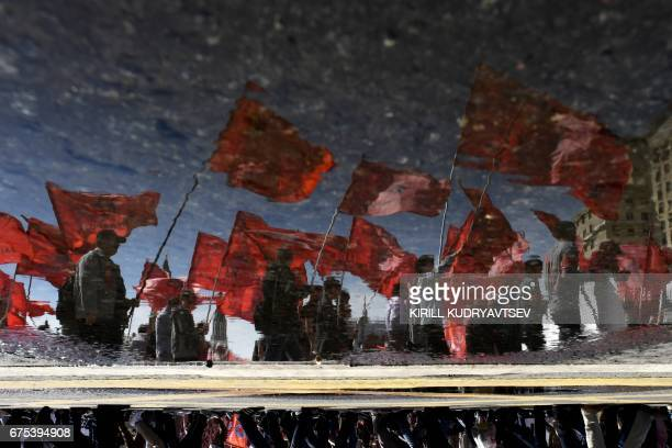 TOPSHOT Russian Communist party supporters take part in the traditional May Day rally in central Moscow on May 1 2017 / AFP PHOTO / Kirill KUDRYAVTSEV
