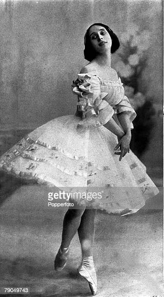 Russian dancer Anna Pavlova Prima ballerina of Russian Imperial Ballet 190613 on her toes wearing a ballet dress