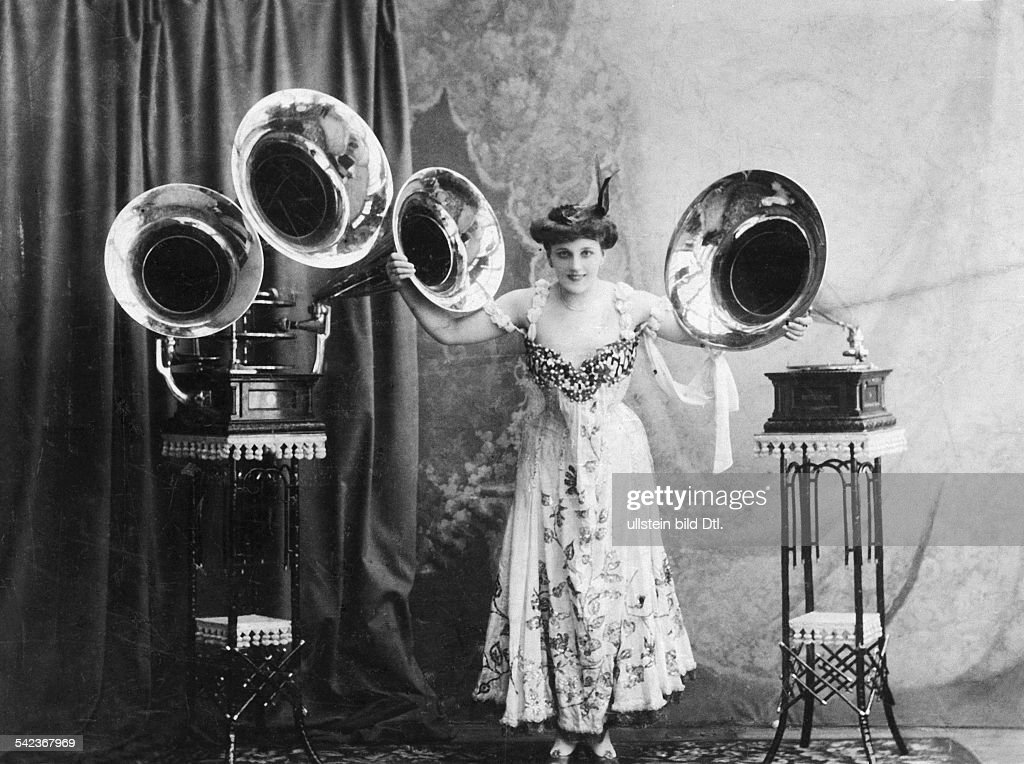 Russian Empire Russia (governorates core region) Moscow: Inventions / Technical Progress Betty Berane with her Triplophon of the Deutschen Grammophon Gesellschaft (German Gramophone Society) in Moscow - undated, probably 1900 - Vintage property of ul : News Photo