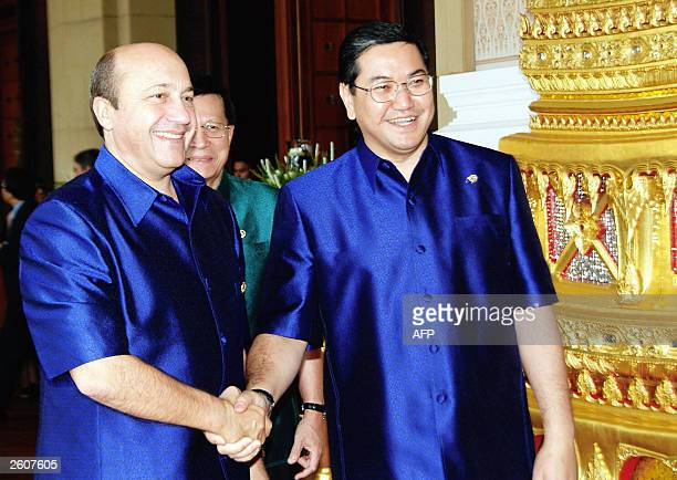 Russian Foreign Minister Igor Ivanov shakes hands with Thai Foreign Minister Surakiart Sathirathai upon arrival for the 'APEC Ministerial Retreat I'...