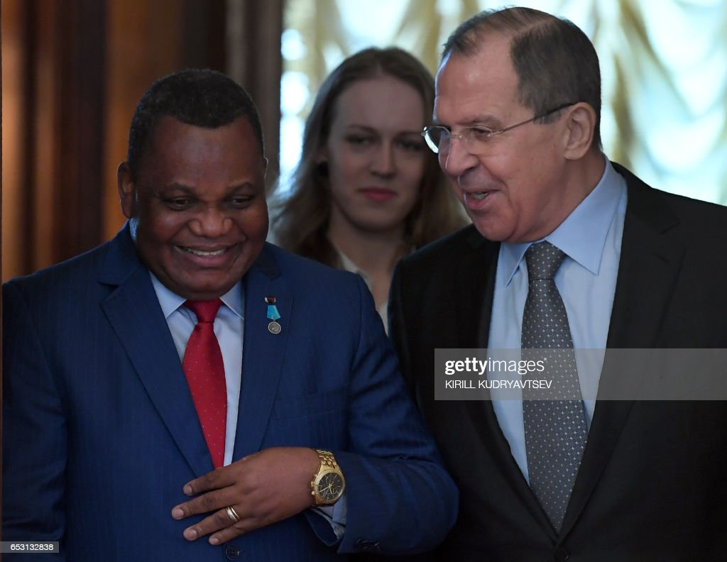 Russian Foreign Minister Sergei Lavrov (R) and his Congolese counterpart Jean-Claude Gakosso enter a hall before a meeting in Moscow on March 14, 2017. / AFP PHOTO / Kirill KUDRYAVTSEV