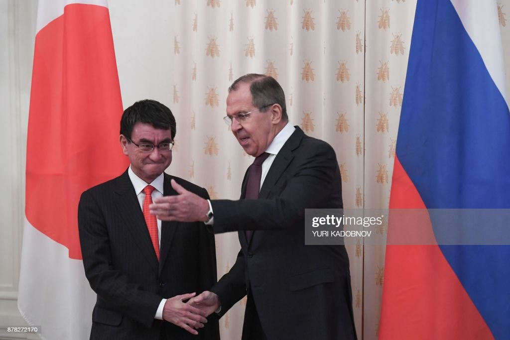 Russian Foreign Minister Sergei Lavrov (R) shows the way his Japan's counterpart Taro Kono during a meeting in Moscow on November 24, 2017. / AFP PHOTO / Yuri KADOBNOV