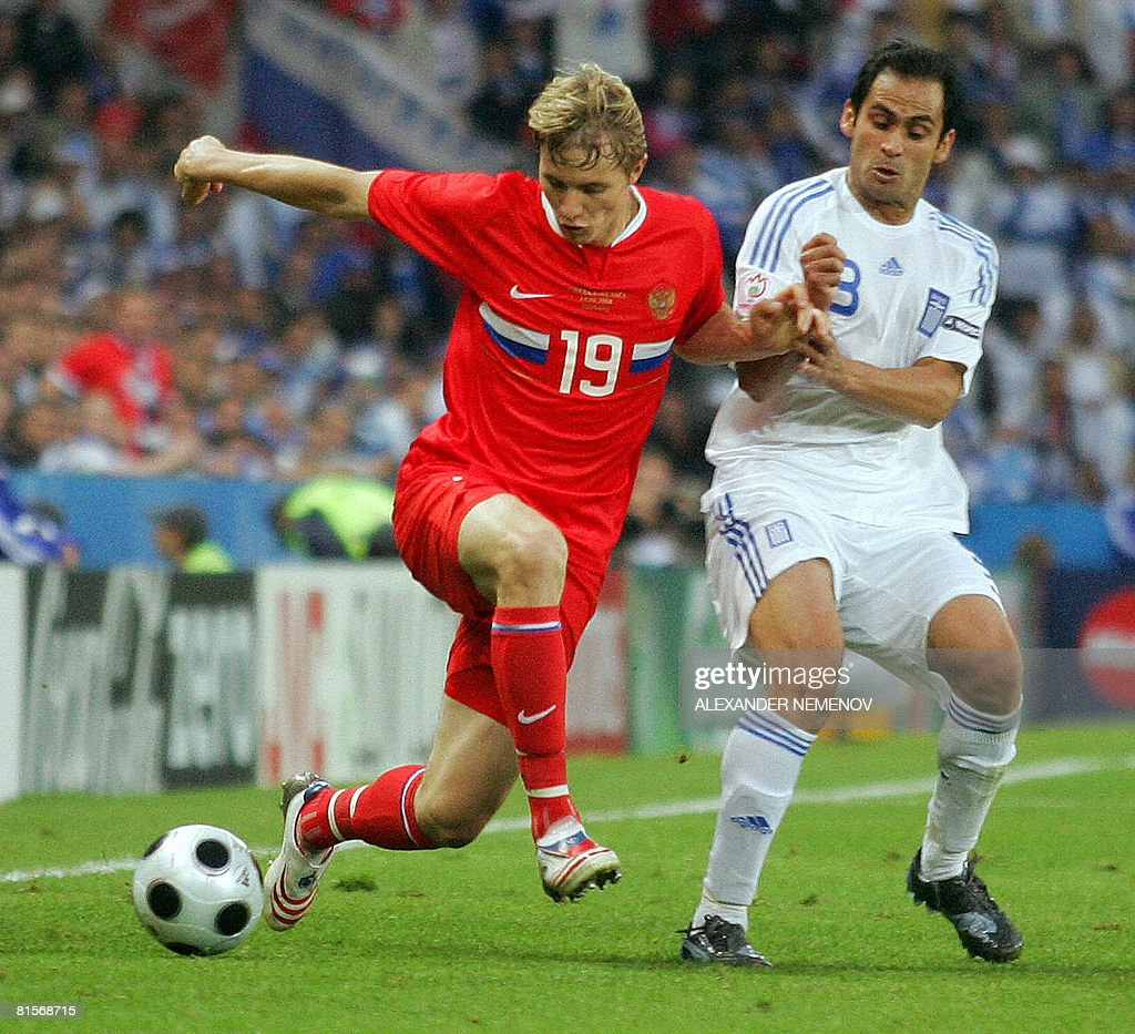 Russian forward Roman Pavlyuchenko (L) is challenged by Greek defender Christos Patsatzoglou during the Euro 2008 Championships group D football match Greece vs. Russia on June 14, 2008 at the Wals-Siezenheim stadium in Salzburg.