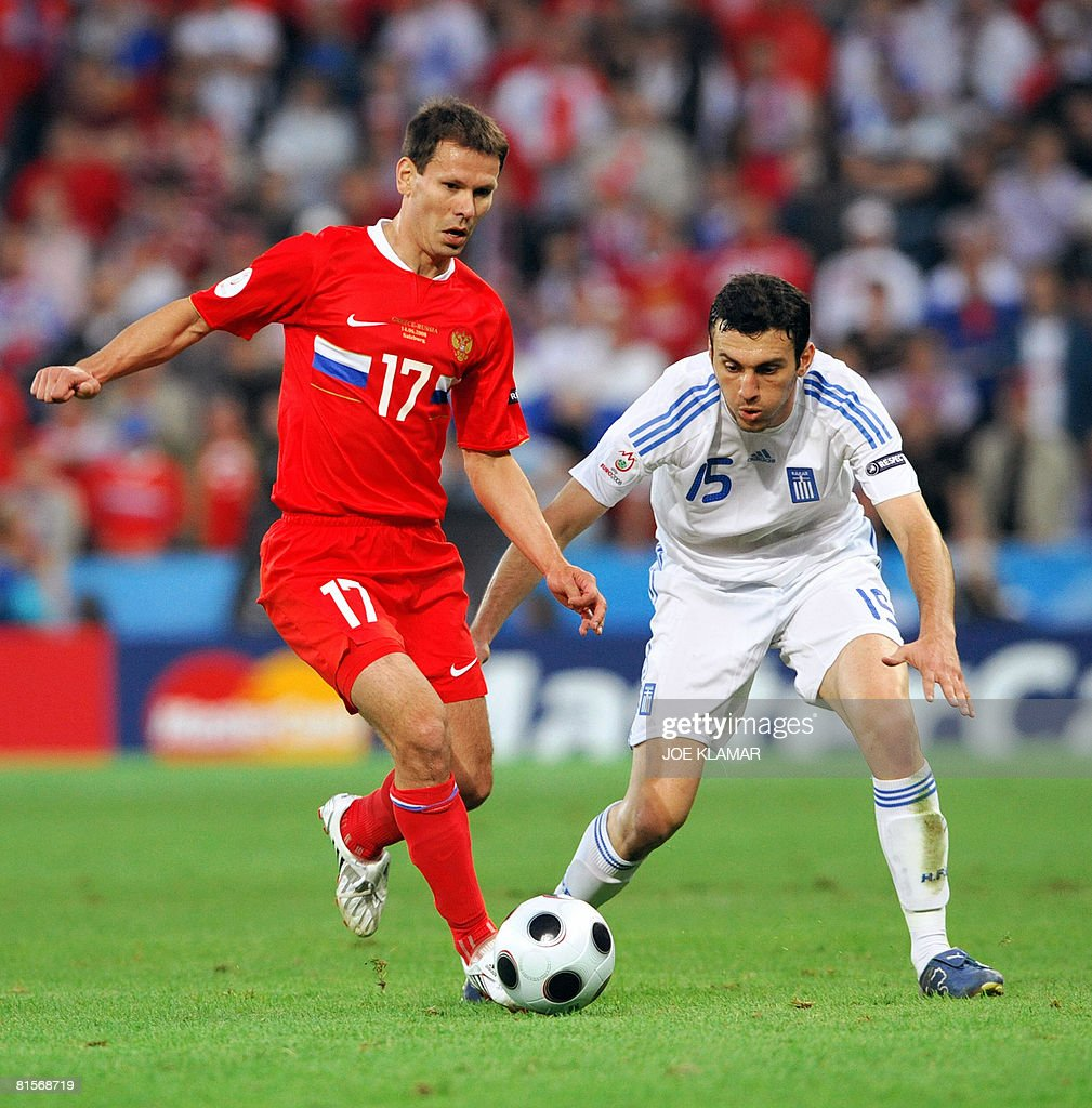 Russian midfielder Konstantin Zyryanov (L) fights for the ball with Greek defender Vassilis Torosidis during the Euro 2008 Championships group D football match Greece vs. Russia on June 14, 2008 at the Wals-Siezenheim stadium in Salzburg.