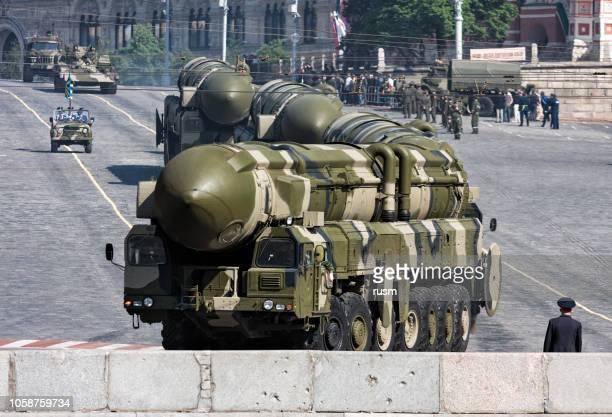 misiles nucleares rusos topol-m en desfile militar, moscú - bomba nuclear fotografías e imágenes de stock