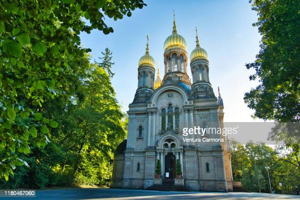 russian orthodox church in wiesbaden with its five golden domes - russische kultur stock-fotos und bilder