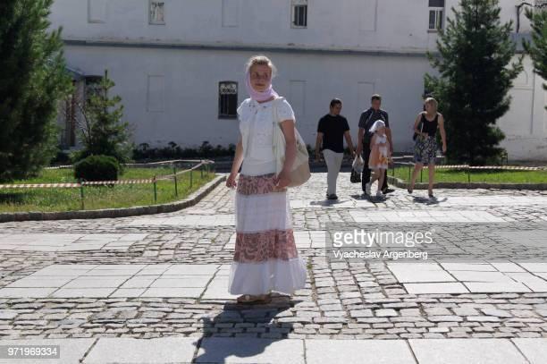 russian orthodox girl in trinity lavra of st. sergius in sergiev posad, russia - laura belli foto e immagini stock