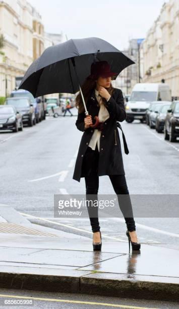 Paraguas de moda chica rusa al aire libre en Londres Belgravia