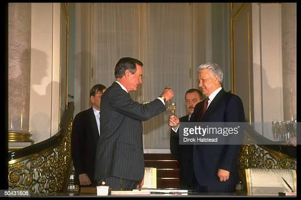 Russian Pres. Boris Yeltsin raising glasses w. Pres. Bush, sharing toast, in last summit of outgoing Bush admin.