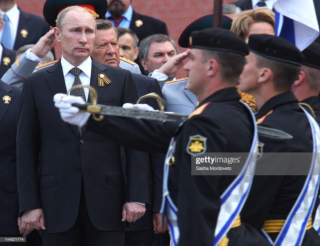 President Vladimir Putin Lays Wreath At Tomb of Unknown Soldier : ニュース写真