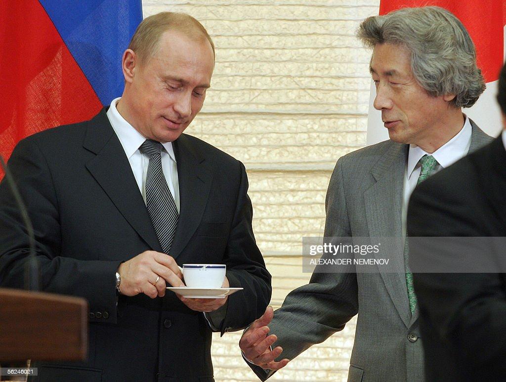 Russian President Vladimir Putin (L) dri : Fotografía de noticias