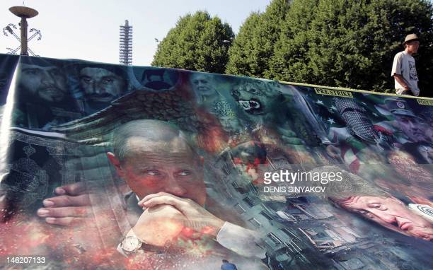 Russian President Vladimir Putin exUS President Bill Clinton accused Serbian war criminal General Ratko Mladic a masked Palestinian and Chechen...