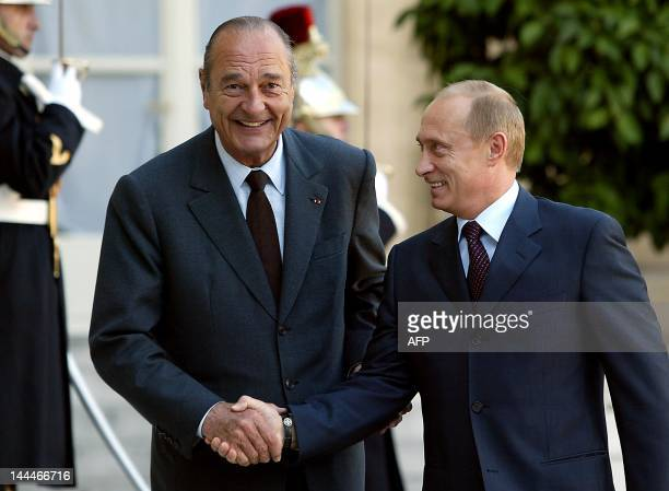 Russian President Vladimir Putin is welcomed by his French counterpart Jacques Chirac at the Elysee Palace in Paris, 07 November. They both meet for...