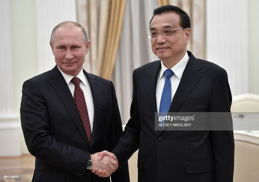 Russian President Vladimir Putin (L) meets with Chinese Premier Li Keqiang at the Kremlin in Moscow on November 29, 2017. / AFP PHOTO / SPUTNIK / Alexey NIKOLSKY