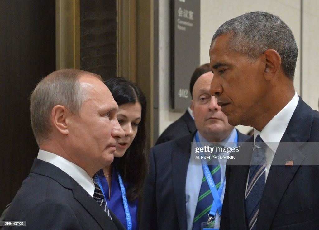 TOPSHOT - Russian President Vladimir Putin (L) meets with his US counterpart Barack Obama on the sidelines of the G20 Leaders Summit in Hangzhou on September 5, 2016. / AFP / SPUTNIK / ALEXEI