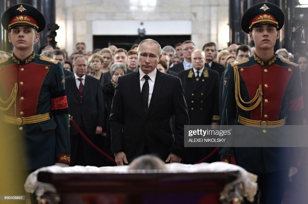TOPSHOT - Russian President Vladimir Putin pays his respects to slain Russian Ambassador to Turkey Andrei Karlov, during the funeral ceremony at the Russian Foreign Ministry in Moscow on December 22, 2016. Russian President Vladimir Putin on December 22 bade farewell to Andrei Karlov at a packed memorial ceremony in Moscow for the diplomat who was assassinated in Turkey by an off-duty policeman. / AFP / SPUTNIK / ALEXEI