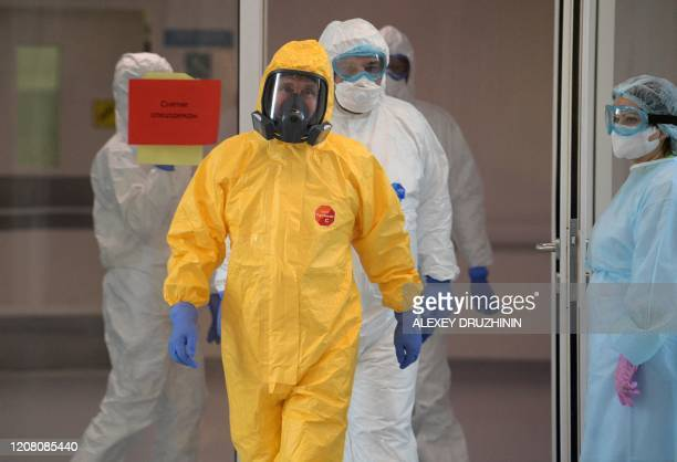 TOPSHOT Russian President Vladimir Putin wearing protective gear visits a hospital where patients infected with the COVID19 novel coronavirus are...