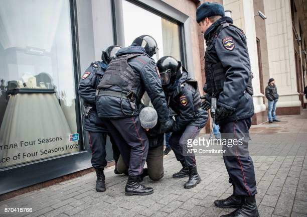Russian riot police detain an opposition activist during a protest rally in central Moscow on November 5 2017 / AFP PHOTO / Maxim ZMEYEV