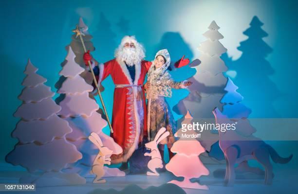 russische weihnachtsmann mit seiner enkelin schneewittchen - russland stock-fotos und bilder