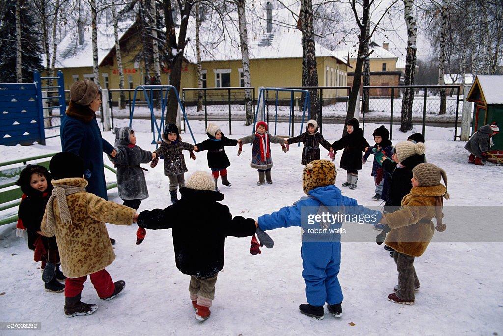 Children Hold Hands in Snow : News Photo