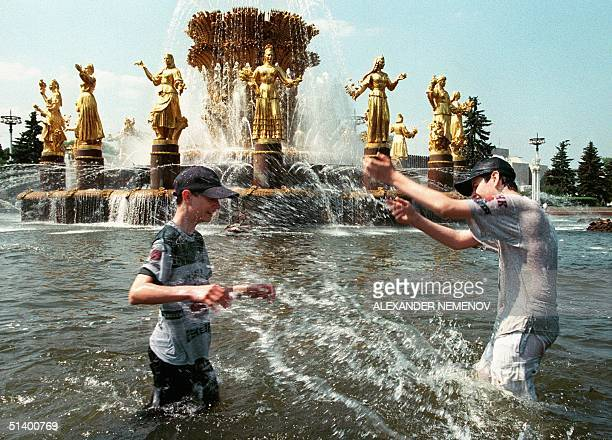 Russian youths playu in the Sovietera Fountain of the Nations' Friendship at the AllRussian Exhibition Center in Moscow 07 June 1999 as the...