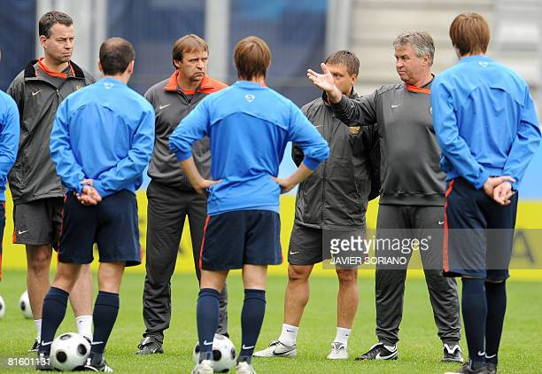 Russia's coach Guus Hiddink chats with his players during a training session on June 17, 2008 at Tivoli Neu stadium in Innsbruck, on the eve at their...