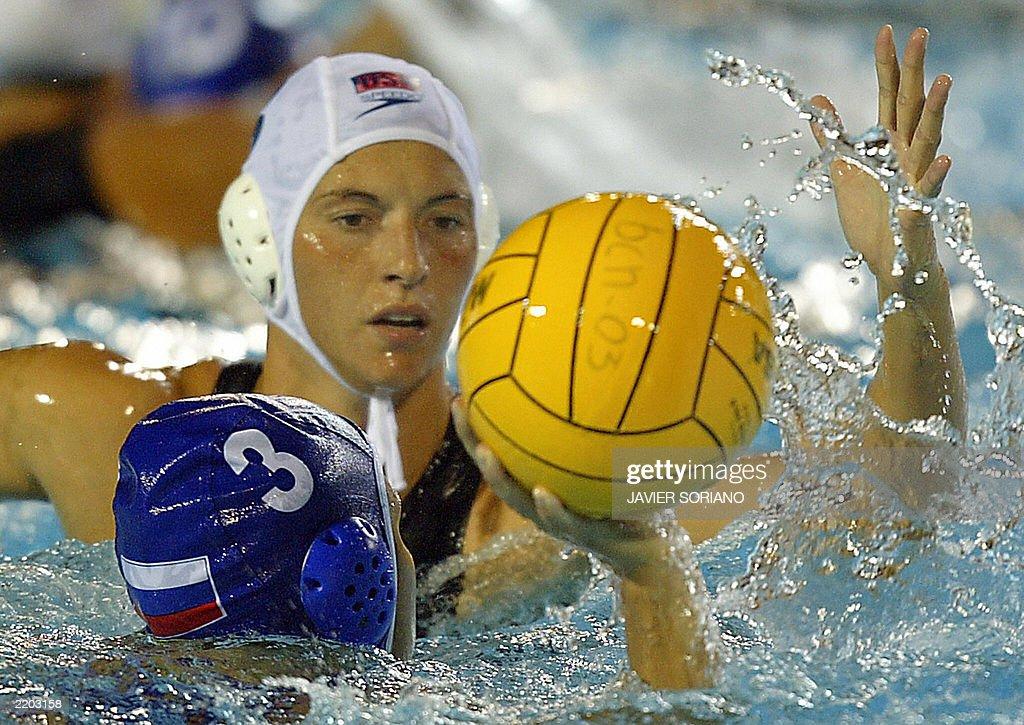 Russia's Ekaterina Salimova (L) holds th : News Photo