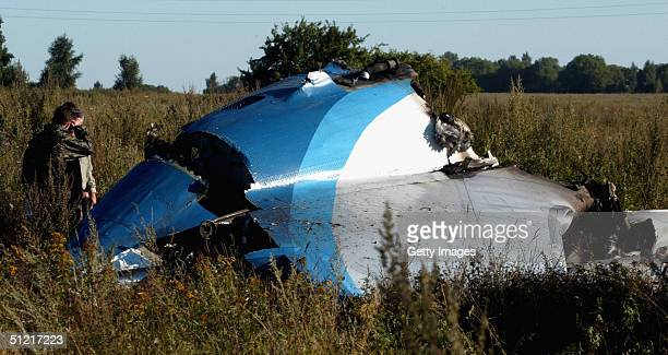 Russia's Emergencies Ministry personnel search for bodies of the victims of a Tupolev Tu134 plane crash near Tula on August 25 2004 some 150 km from...