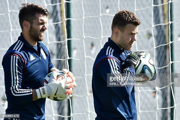 Russia's goalkeeper Igor Akinfeev and Russia's goalkeeper Yuri Lodygin take part in a training session at the Novelli Jr Stadium in Itu on June 19...
