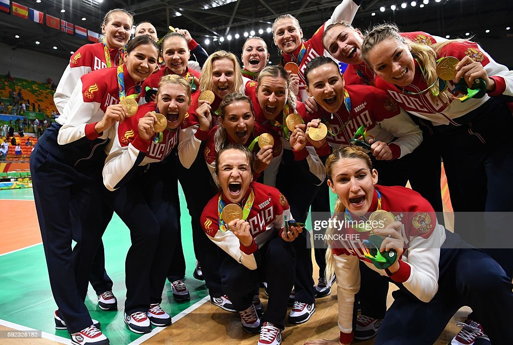 TOPSHOT - Russia's gold medallists pose with their medals during the women's Gold Medal handball match France vs Russia for the Rio 2016 Olympics Games at the Future Arena in Rio on August 20, 2016. / AFP / afp / FRANCK