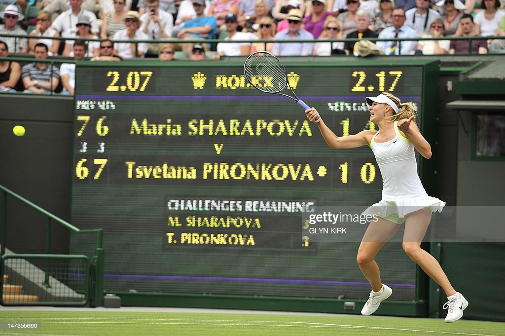 Russia's Maria Sharapova plays a forehan : News Photo