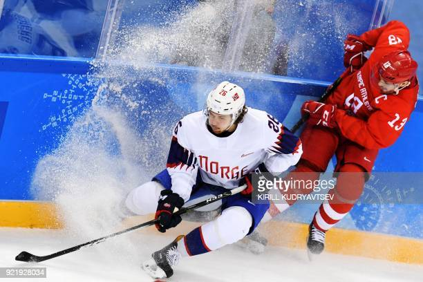TOPSHOT Russia's Pavel Datsyk fights for the puck with Norway's Kristian Forsberg in the men's quarterfinal ice hockey match between Norway and the...