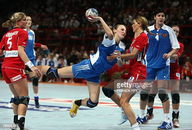 Russia's Polina Vyakhireva jumos to score in front of Norway's Gro Hammerseng during the women handball world championship final match Norway vs...