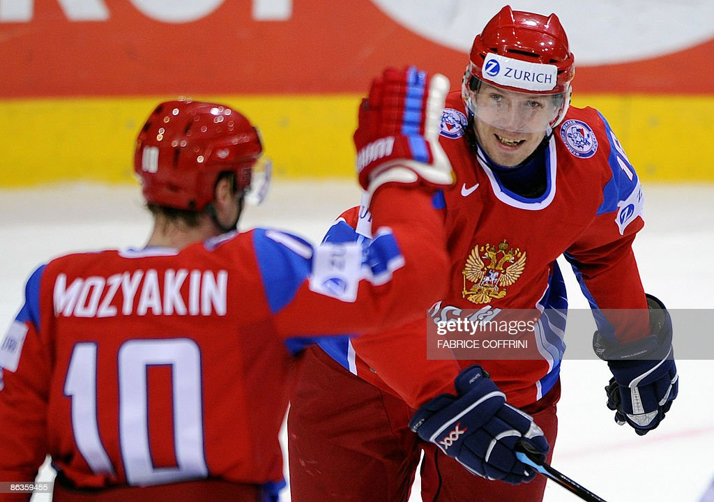 Russia's Sergei Mozyakin (L) and teammat : News Photo