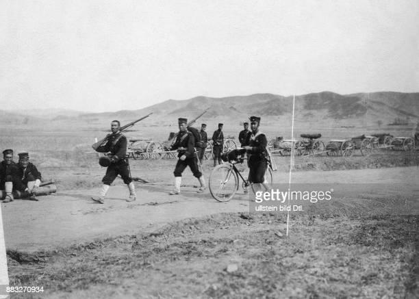 RussischJapanischer Krieg Japanisches Militär auf dem Feldweg Valerian Gribayedoff Originalaufnahme im Archiv von ullstein bild