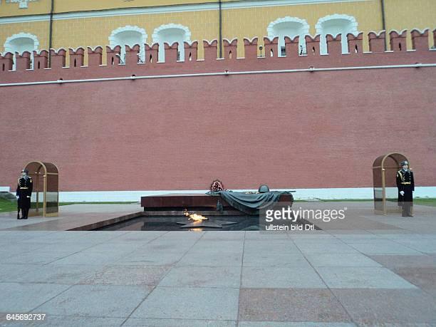 Russland, Moskau, Alexandergarten, Ewiges Feuer am Grab des Unbekannten Soldaten an der Kremlmauer, eingeweiht am 8. Mai 1967. Architekten D. I....