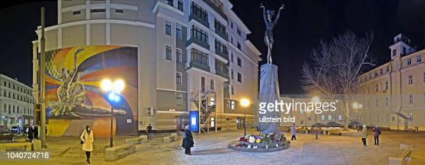 Russland Moskau BolschajaDmitrowkaStrasse 16 Denkmal für Maja Michailowna Plissezkaja russische Primaballerina und Choreografin eingeweiht am 20...