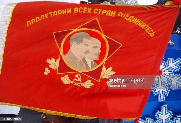 Russland Moskau Maneschnaja Platz Anhänger und Mitglieder der Kommunistischen Partei der Russischen Föderation gehen mit roten Fahnen zum Stalins...
