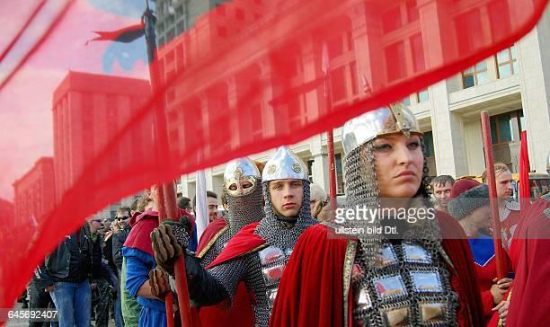 """Russland, Moskau, Maneschnaja Platz, Mitglieder der patriotischen Vereinigung """"Master"""" in historischer Rüstung der russischischen Krieger des 13. Jh...."""