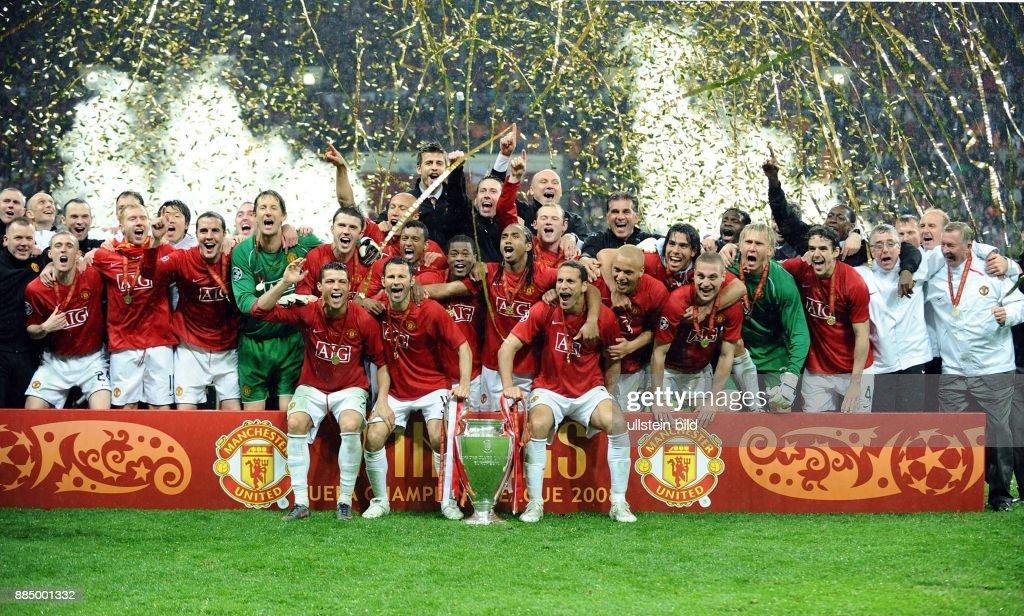 Moskau Moscow: UEFA Champions League, Saison 2007/2008, Finale, Manchester United - FC Chelsea 7:6 nach Elfmeterschiessen - die Mannschaft von Manchester United jubelt nach dem Sieg und praesentiert den Pokal : News Photo