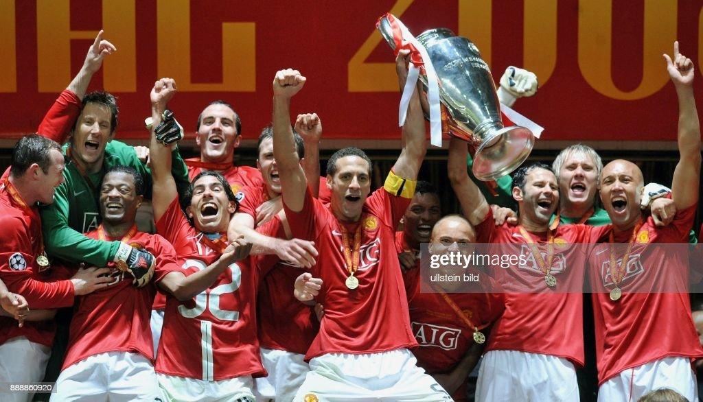 Moskau Moscow: UEFA Champions League, Saison 2007/2008, Finale, Manchester United - FC Chelsea 7:6 nach Elfmeterschiessen - die Mannschaft von Manchester United jubelt nach dem Sieg und praesentiert den Pokal (v.l.n.r.): Wayne Rooney, Edwin van der Sar, P : News Photo