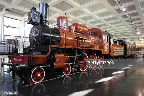 Russland, Moskau, Museum der Moskauer Eisenbahn unweit des Pawelezki-Bahnhofs, Dampflokomotive U.127 und der Gepäckwagen Nr. 1691 des Trauerzugs...