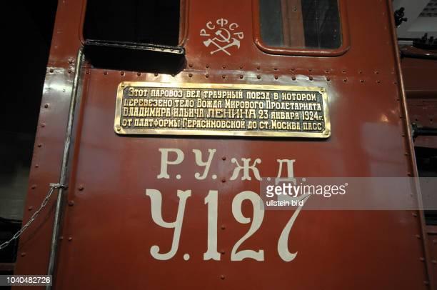 Russland Moskau Museum der Moskauer Eisenbahn unweit des PawelezkiBahnhofs Dampflokomotive U127 und der Gepäckwagen Nr 1691 des Trauerzugs Lenins Am...